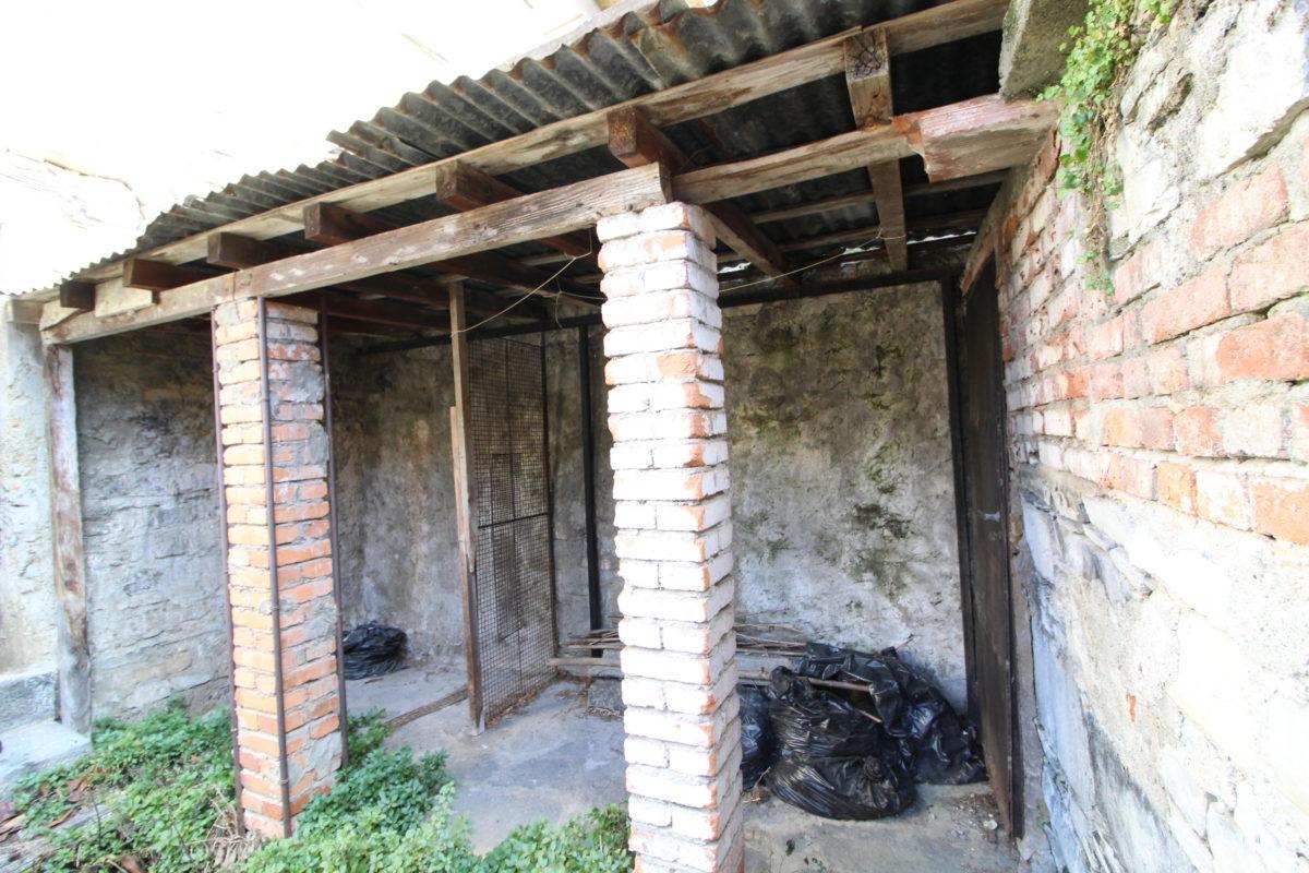 Porzione di casa da ristrutturare con stupenda vista lago for Ristrutturare casa con pochi soldi